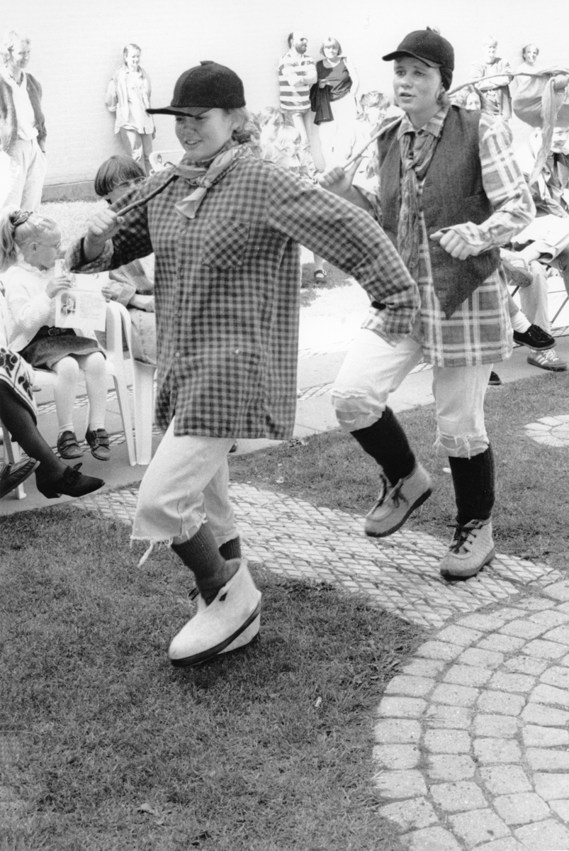 Nordvesten 1993. Elever fra dramalinja ved Holmen videregående skole dramatiserte norske folkeeventyr