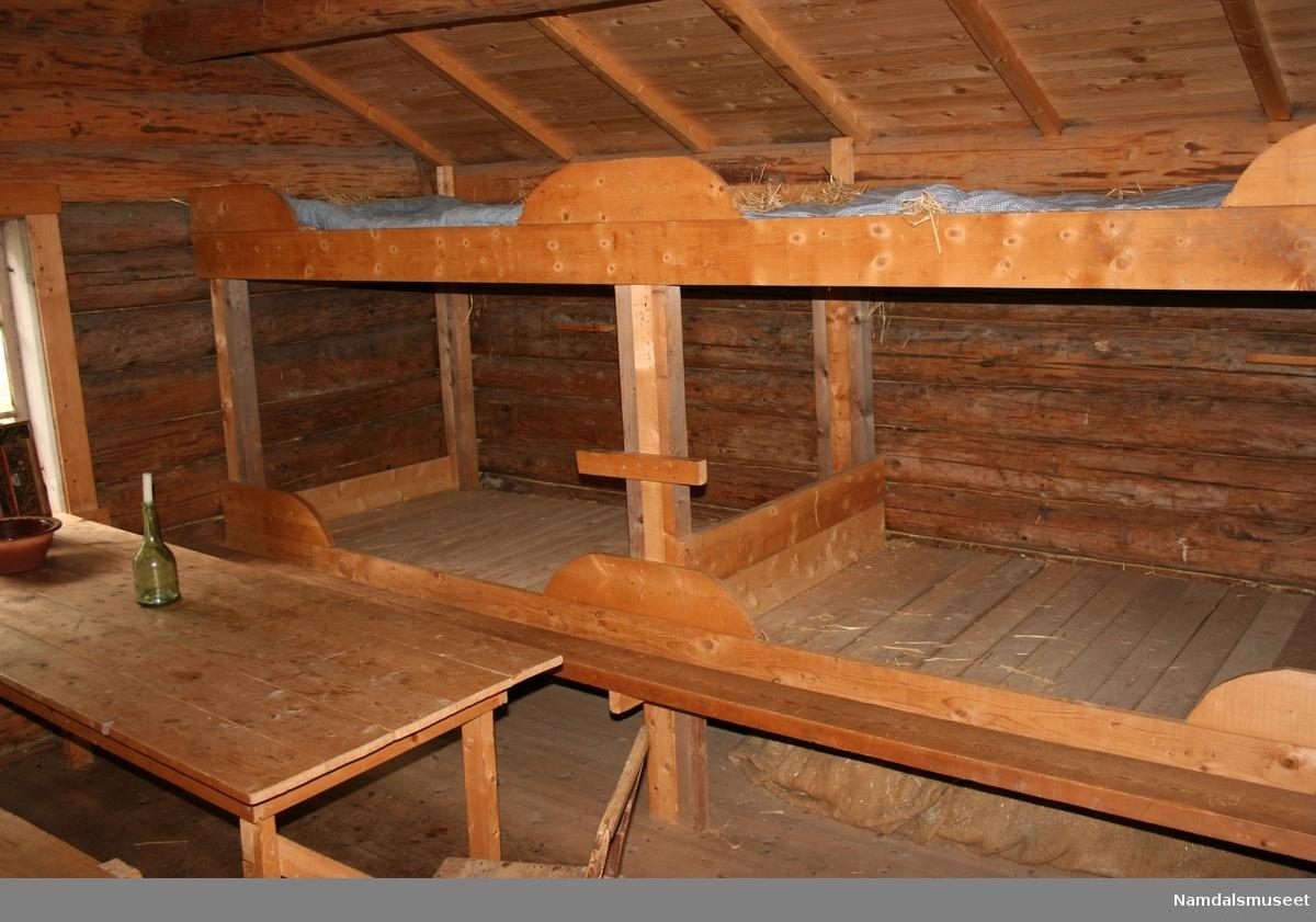 Tømmerlaft. Torvtak. To rom med en svalgang mellom rommene. Svalgangen var opprinnelig åpen, men er av sikkerhetsmessige grunner igjenkledt med vegg og dør på museet.