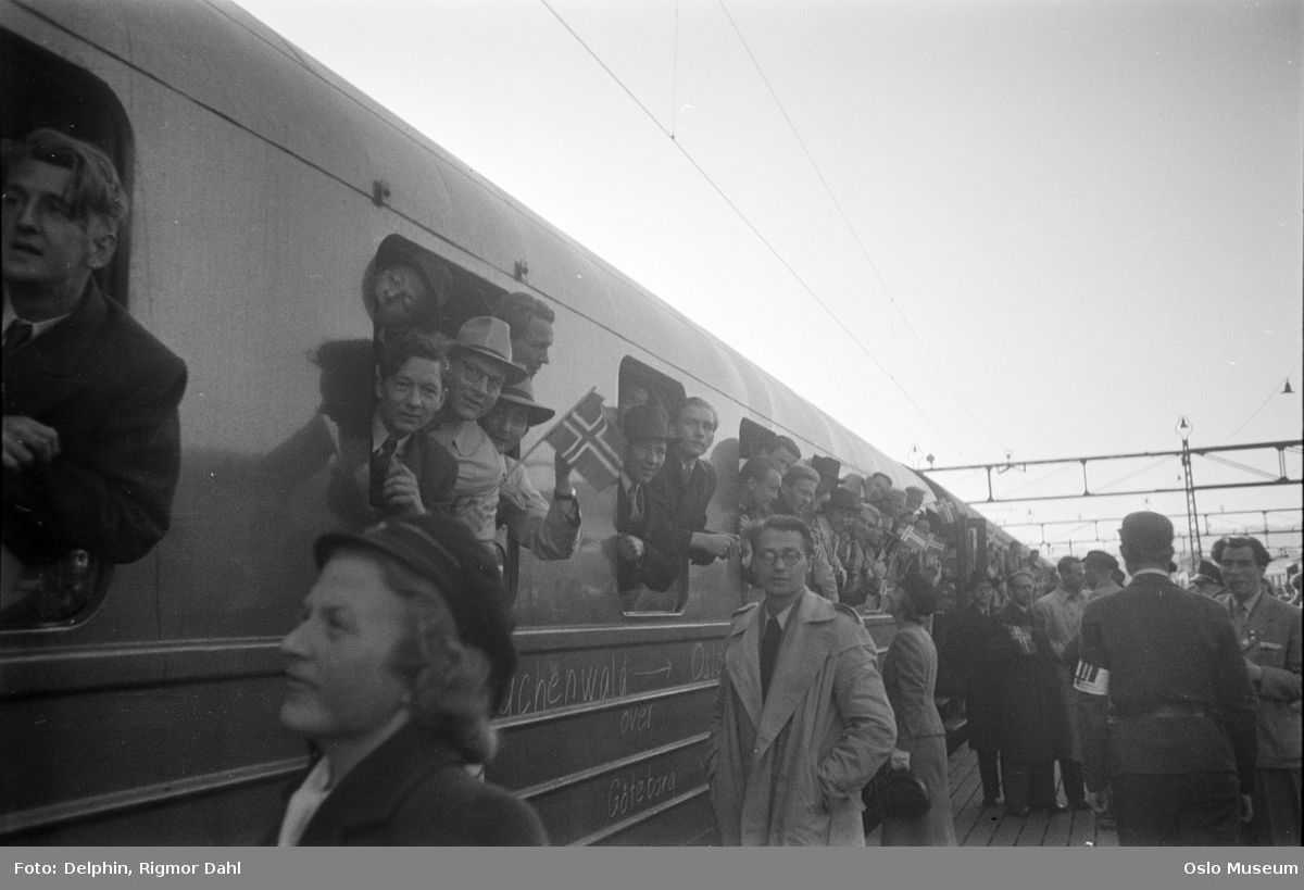 Østbanestasjonen, jernbanevogn, vinduer, menn, studenter, hjemkomst fra fangenskap i Buchenwald, plattform, mennesker som tar imot