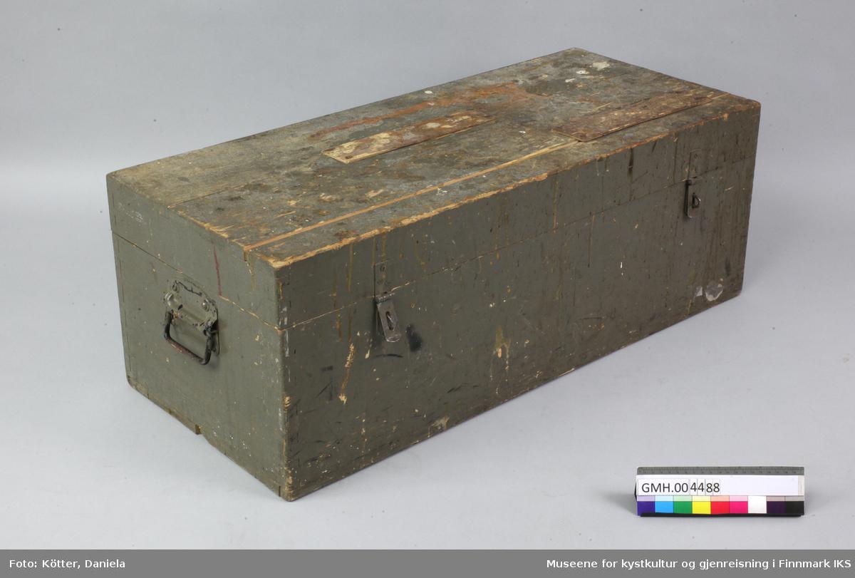 Denne verktøykassa er lager av tre og er utvendig malt grått. Lokket er festet med to metallhengsler i korpuset. Kassa kan låses med to lukkebeslag av metall. På sidene er det festet metallhåndtak med skruer og mutrer. Også disse håndtakene er malte. Sidene til korpus og lokk er føyed sammen i svalehaleskjøt.  Bunnbordene er forbundet med bølgespikere. Innvendig er kassa tilpasset med påspikrete lister som skal holde  spesifikke verktøy på plass. På lokket har den tidligere eieren påført to skilt av tynn kryssfinér med de utskårene ord «Sigurd Pedersen» og «Hammerfest».