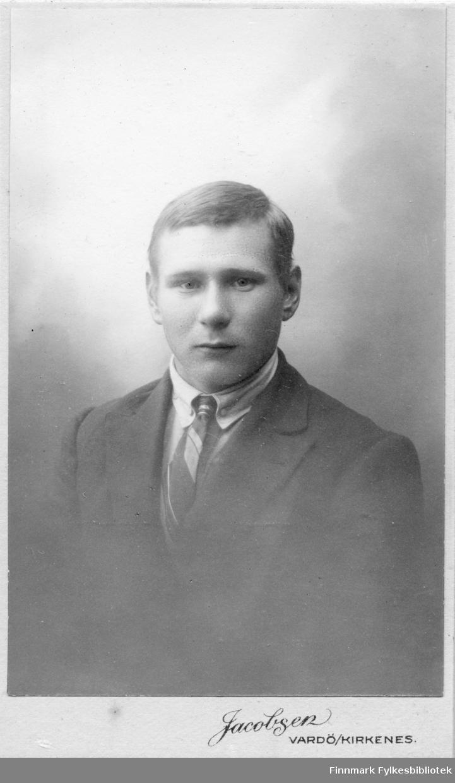 Visittkortportrett av en mann, fotografert i Jacobsens atelier Vardø/Kirkenes.