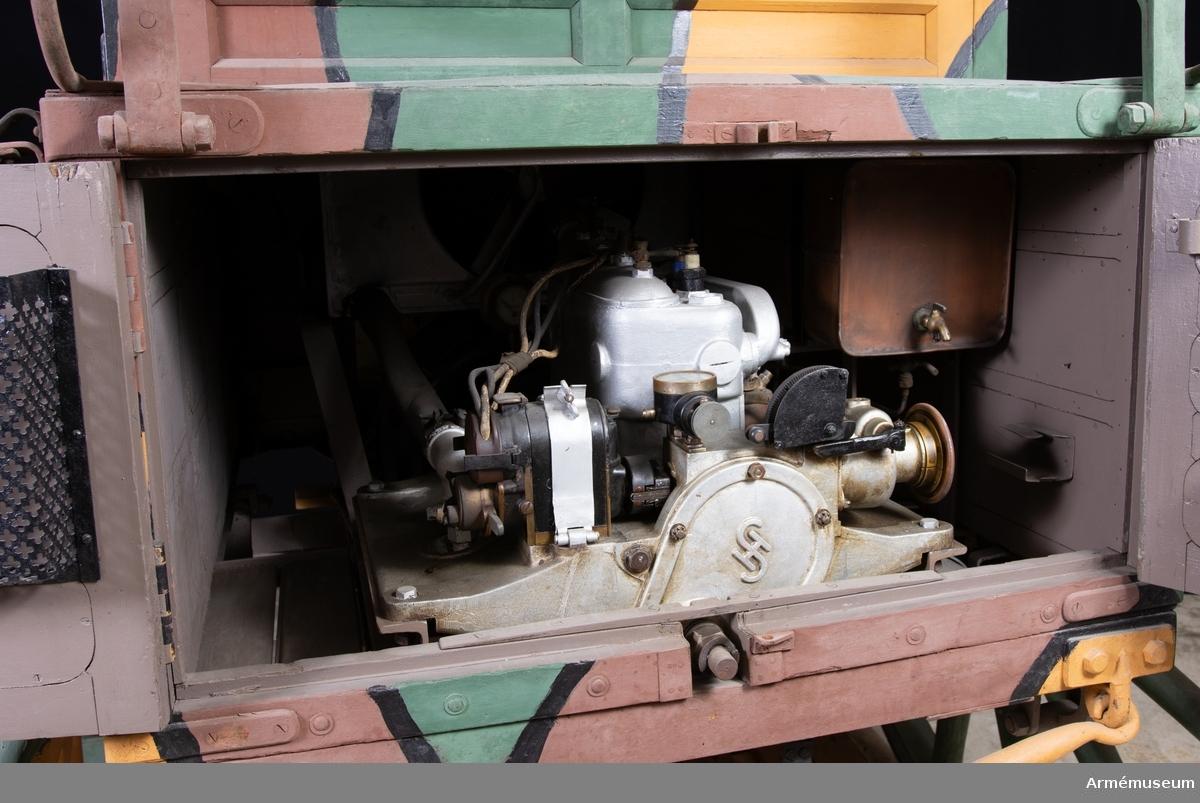 """Grupp H II. Signalmateriel. Fordonet består av två delar: stationsföreställare och stationsbakvagn. Bådas dragstänger saknas. Stationsföreställaren innehåller gnistsändare och mottagare och är märkt på utsidan med """"M5"""". Stationsbakvagnen innehåller en bensinmotor och en generator, märkt """"M2"""". Uppgifterna hämtade ur Radioinstruktion 1921 (hektograferad)"""