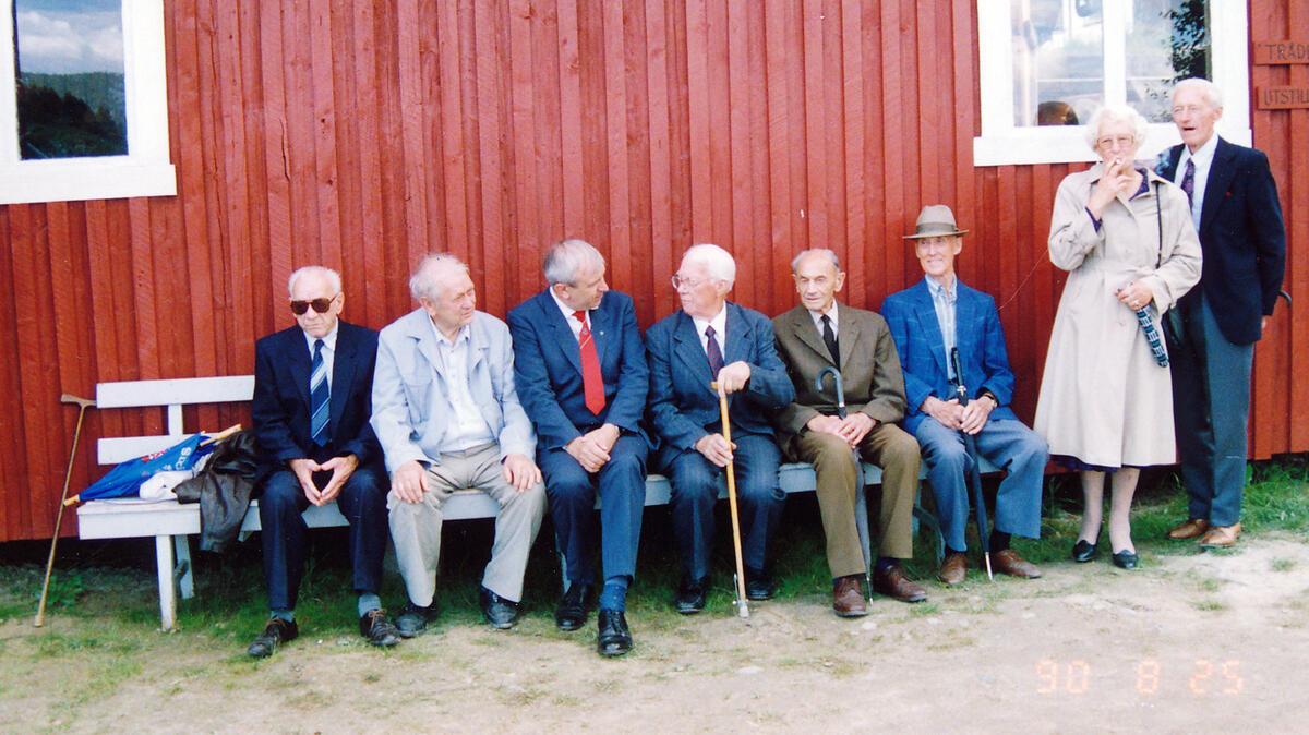 Fra venstre: Oskar Granshagen (1903-1999), lensearbeider fra 1916-1973, Reidar Ekeli (1911-1993), lensearbeider fra 1925-1977, Vidar Amundsen, mangeårig skipper på slepebåten «Isnæs», Arvid Lorentsen, Konrad Pedersen (1903-1992), lensearbeider fra 1915-1973, Helge Bakke (1903-1995), lensearbeider 1915-1973, ordfører i Fet mellom 1960-1971, Solveig Johansen (1916-2014), kokke og dekksmannskap på flere slepebåter i Øyeren fra 1947-1985, Olav «Olaf» Lund (1913-1996), lensearbeider og skipper på «Nøkken» 1920-30-årene frem til 1985. Foto: Per Emil Berg (Foto/Photo)