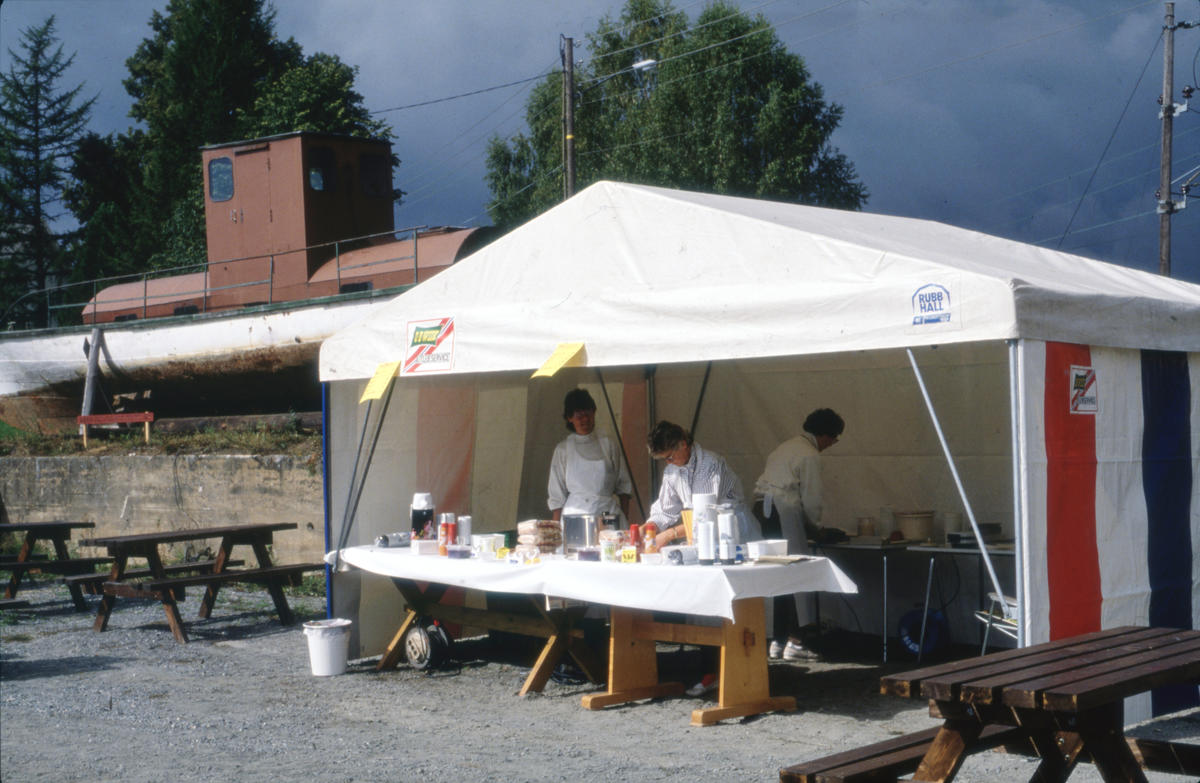 I et telt på Viubanen stod frivillige for matserveringen. Foto: Per Emil Berg (Foto/Photo)