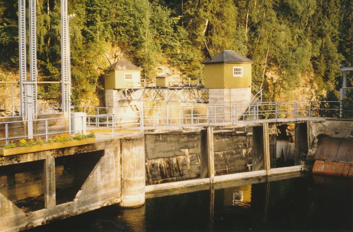 Damanlegg og grønne damhus over Randselva og Kistefossen. Bro i mellom de to damhusene.