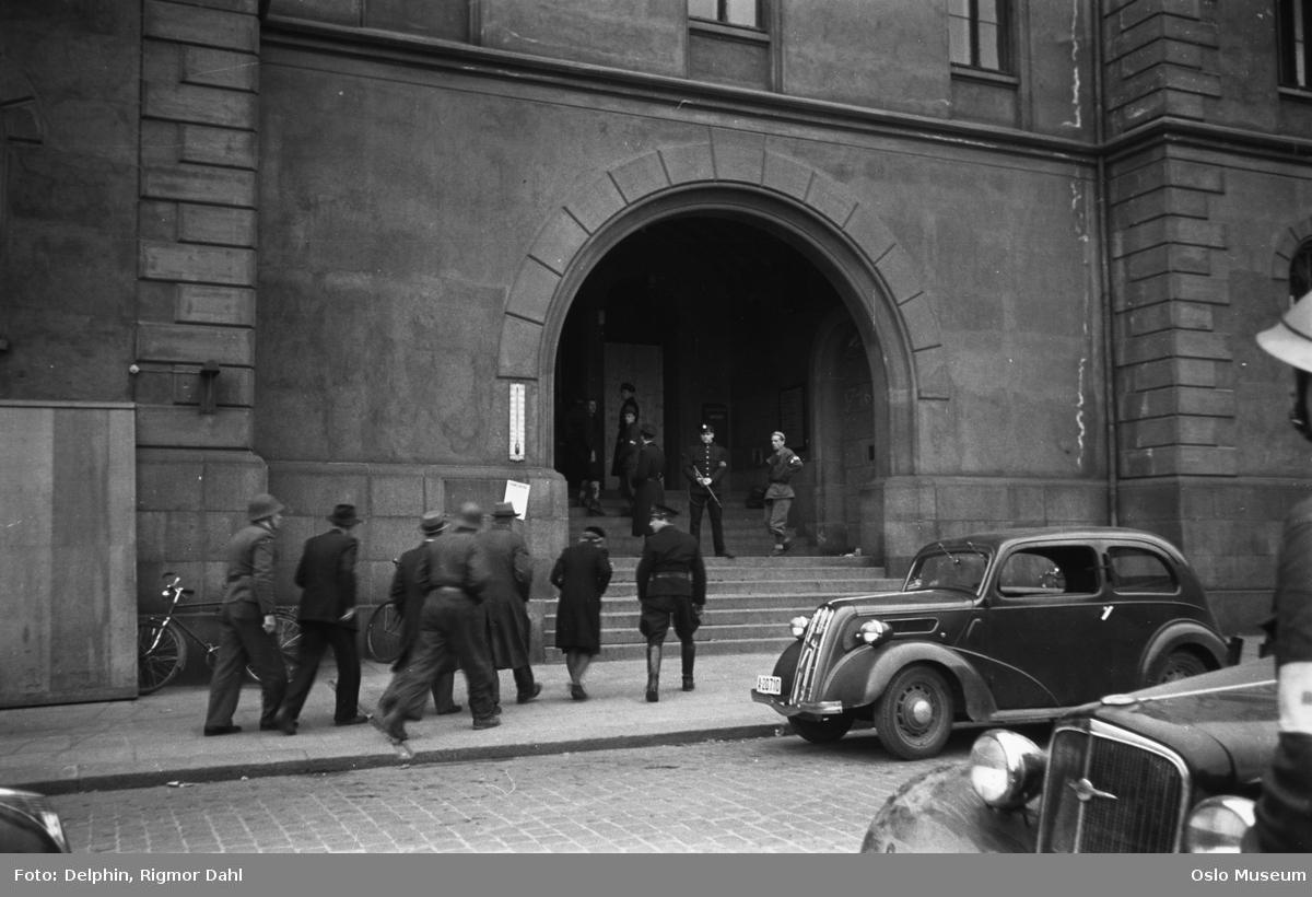 Møllergata 19, politistasjon, hovedinngang, mennesker, politi, bil