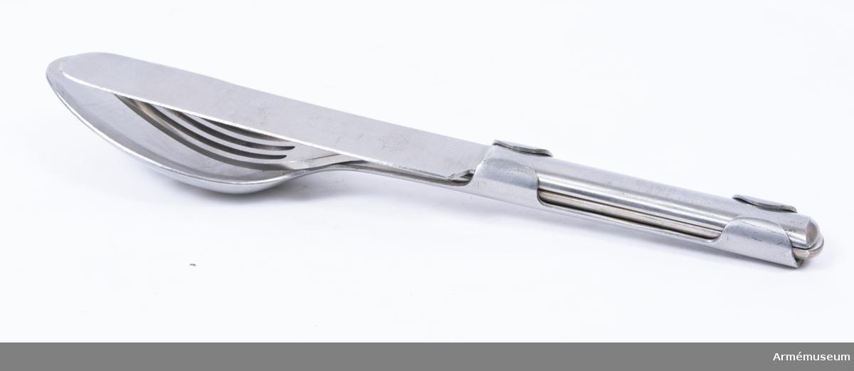 Gaffel av rostfritt stål med halvrunt skaft. Ingår i matbestick bestående av sked, kniv och gaffel, för menig vid armén, Finland, 1939.