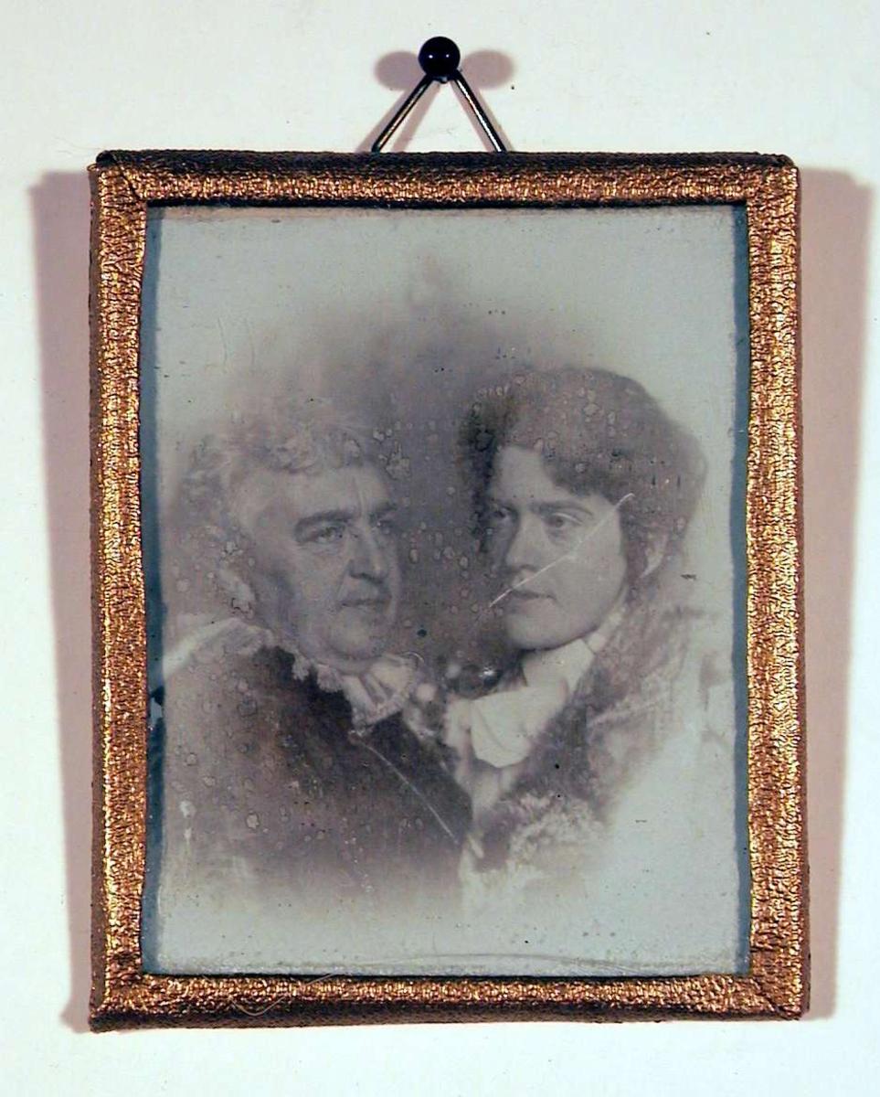 Dobbeltportrett av mor og datter, men det er ingen øyekontakt imellom dem; og de ser ikke på betrakteren heller.