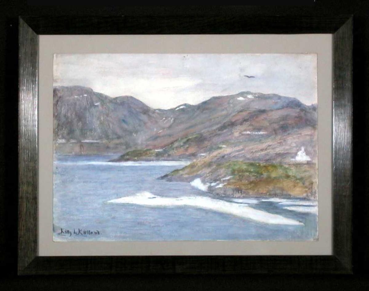 Landskap med fjord og fjell i høstfarger.