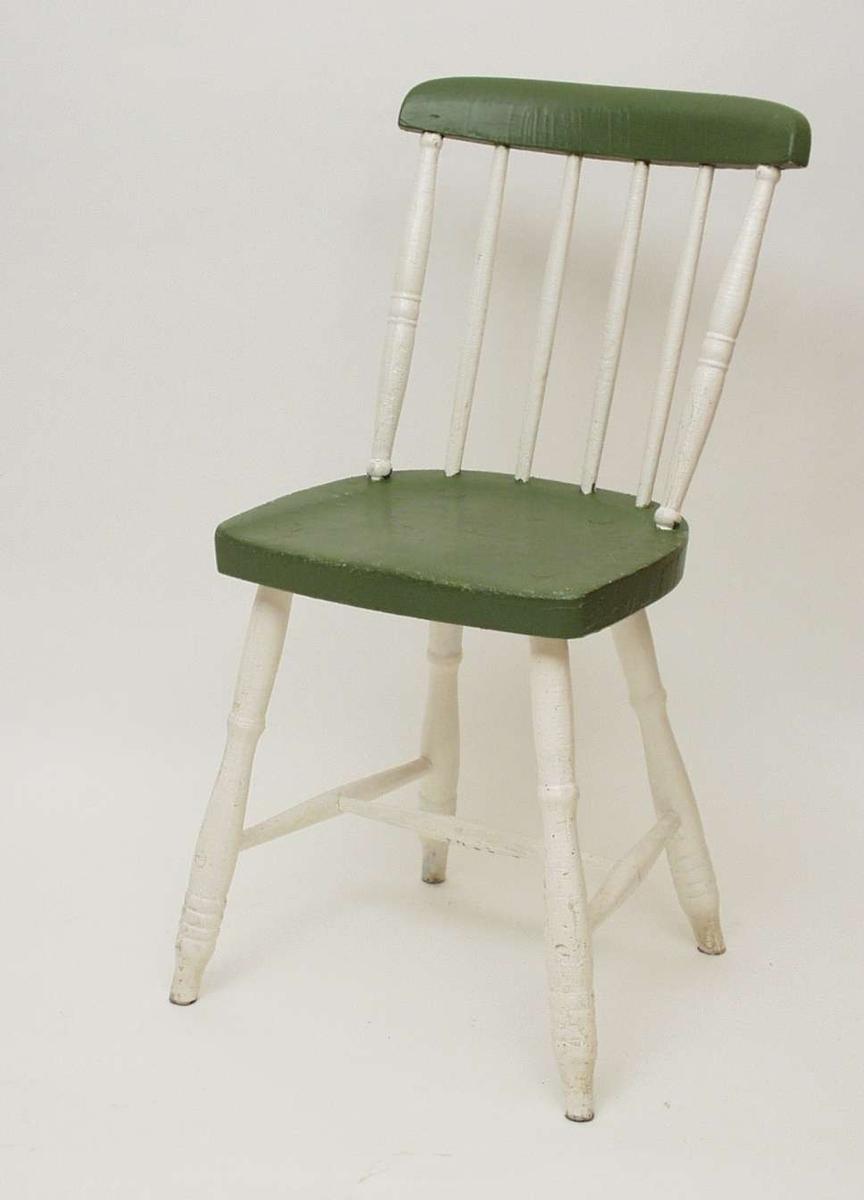 Grønn og hvit pinnestol med rundet toppbrett, profilerte akterstaver og dreide profilerte ben.