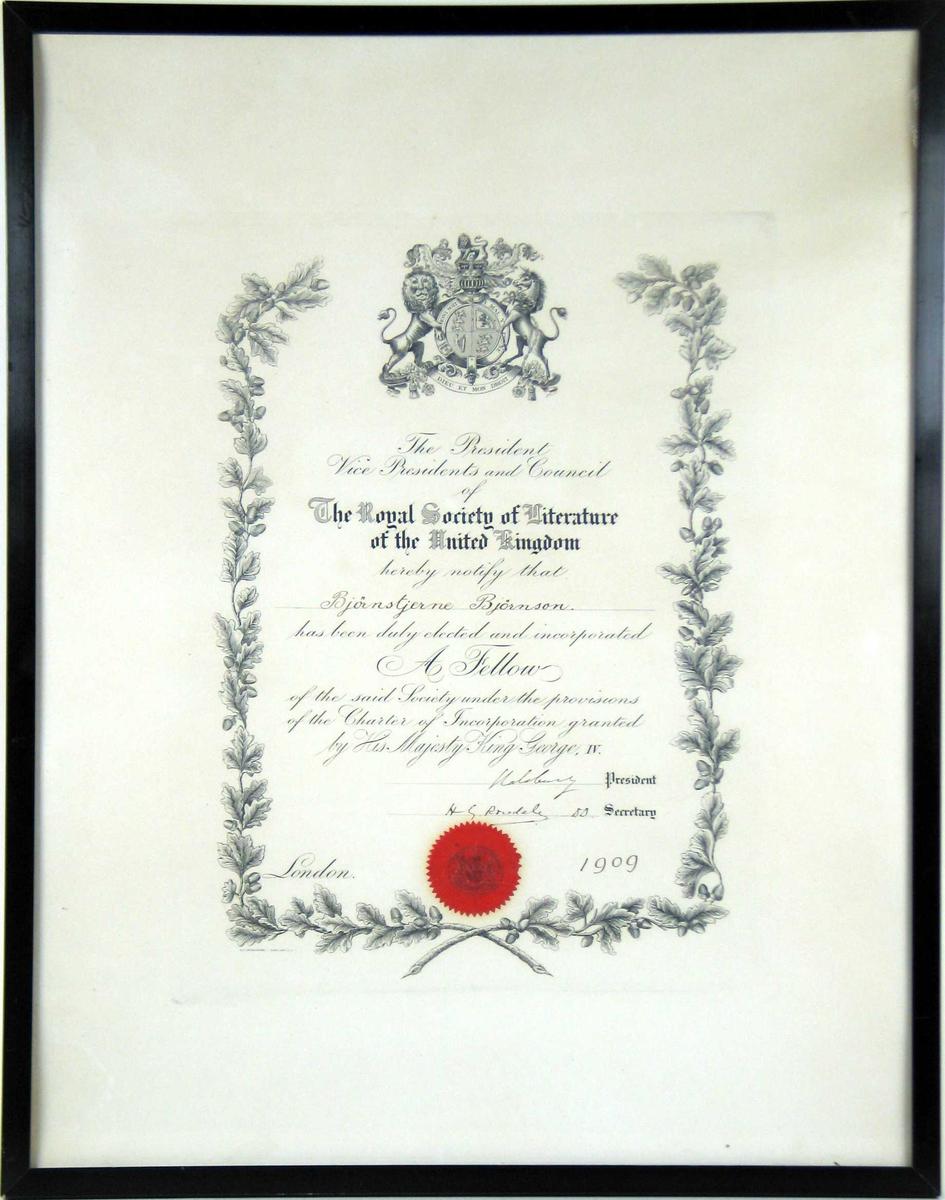 Diplom med trykt og håndskrevet tekst. Teksten er kranset av eikeløv og organisasjonens våpen på toppen. Det er et rødt segl nederst. Diplomet har glass og svart treramme.