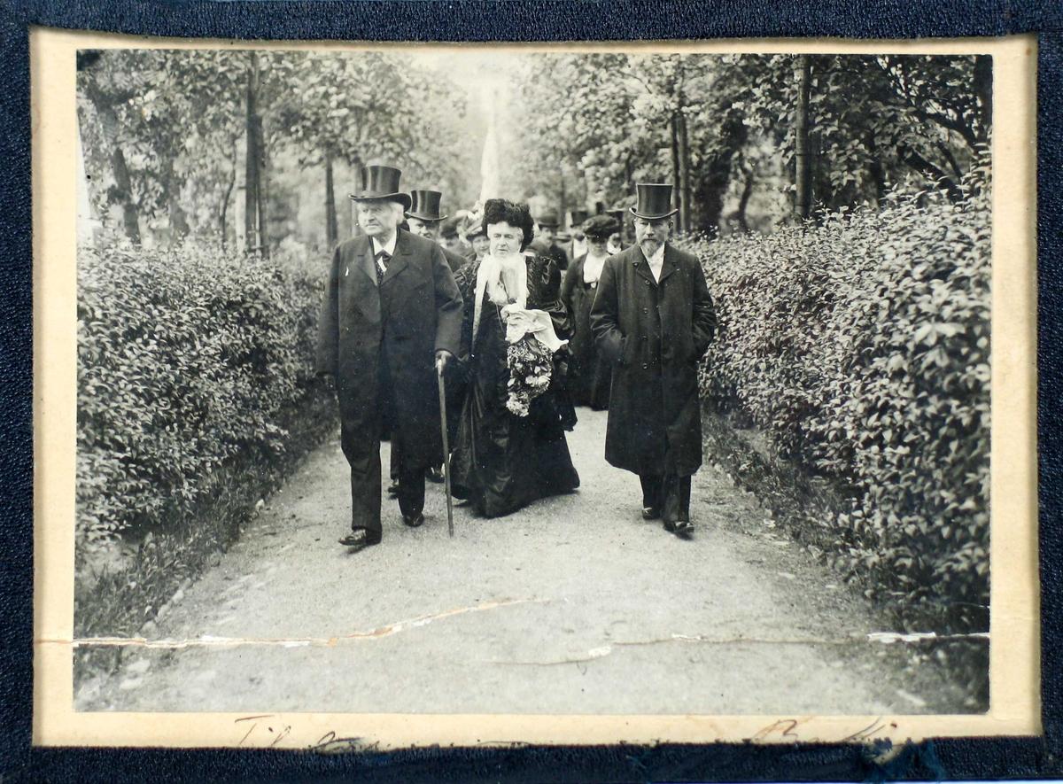 Fotografi limt på lys kartong med glass og svart shirting.