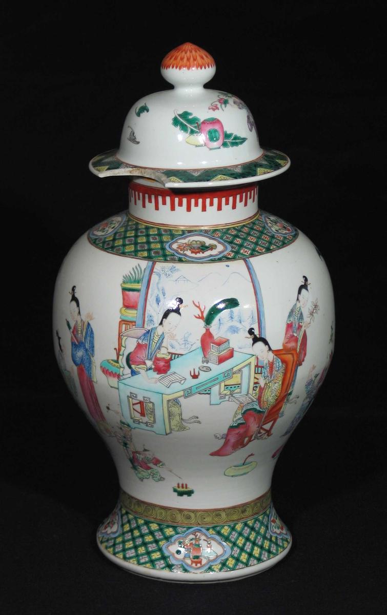 Hvit vase i porselen med polykrom dekor: Nettmønster med medaljonger på fot og skulder, figurer på krukken og rød bord på halsen. Lokket har krage (defekt) og lokkgrepet har en malt lotusblomst.