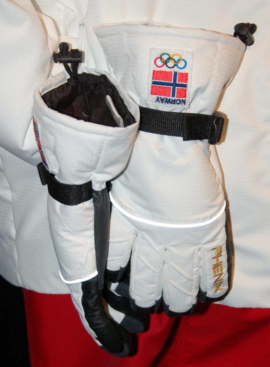 Sorte og hvite vinterhansker med håndleddsstrammer.