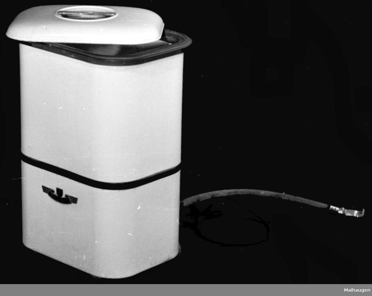 Maskinen har løst lokk (b) på toppen, bryter og avløpsslange på baksiden. En ca. 2 m lang svart gummislangeledning med jordet stikker er tilkoblet maskinen. Lokket (b) har et sirkelrundt glassvindu midt på. Vasker ved hj. av en rotor øverst i maskin. Til maskinen hører kleskrok SS 38810 og presstørrer SS 38811. Denne type vaskemaskin var av de første på markedet etter krigen og ble solgt i massevis. Den måtte fylles for hånd og tømmes ved at avløpsslangen ble lagt ned.