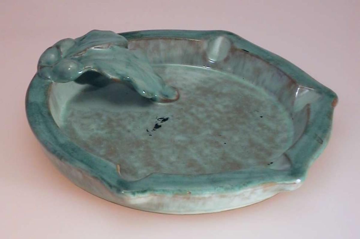 Rundt askebeger i keramikk med grønn glasur.