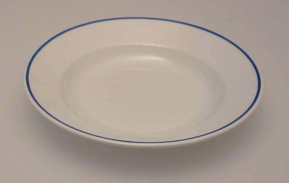 Tallerken i porselen med smal blå dekorrand.