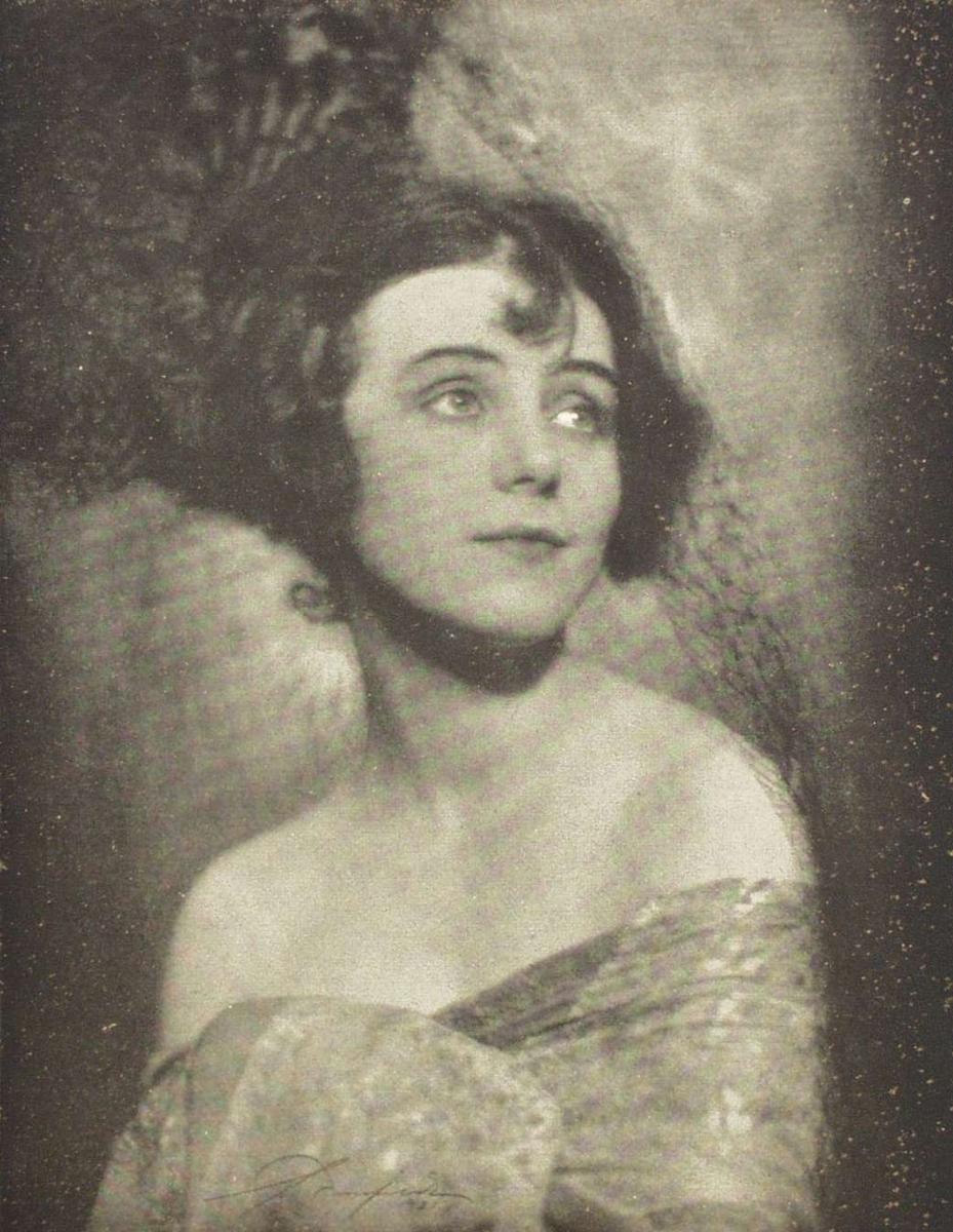 Portretter av H.M. Dronning Maud, Hofjægermester Ths. Fearley, Lillebil Ibsen, Lili Holm, Jenny Hasselqvist, Herman Wildenvey og Luvaun.