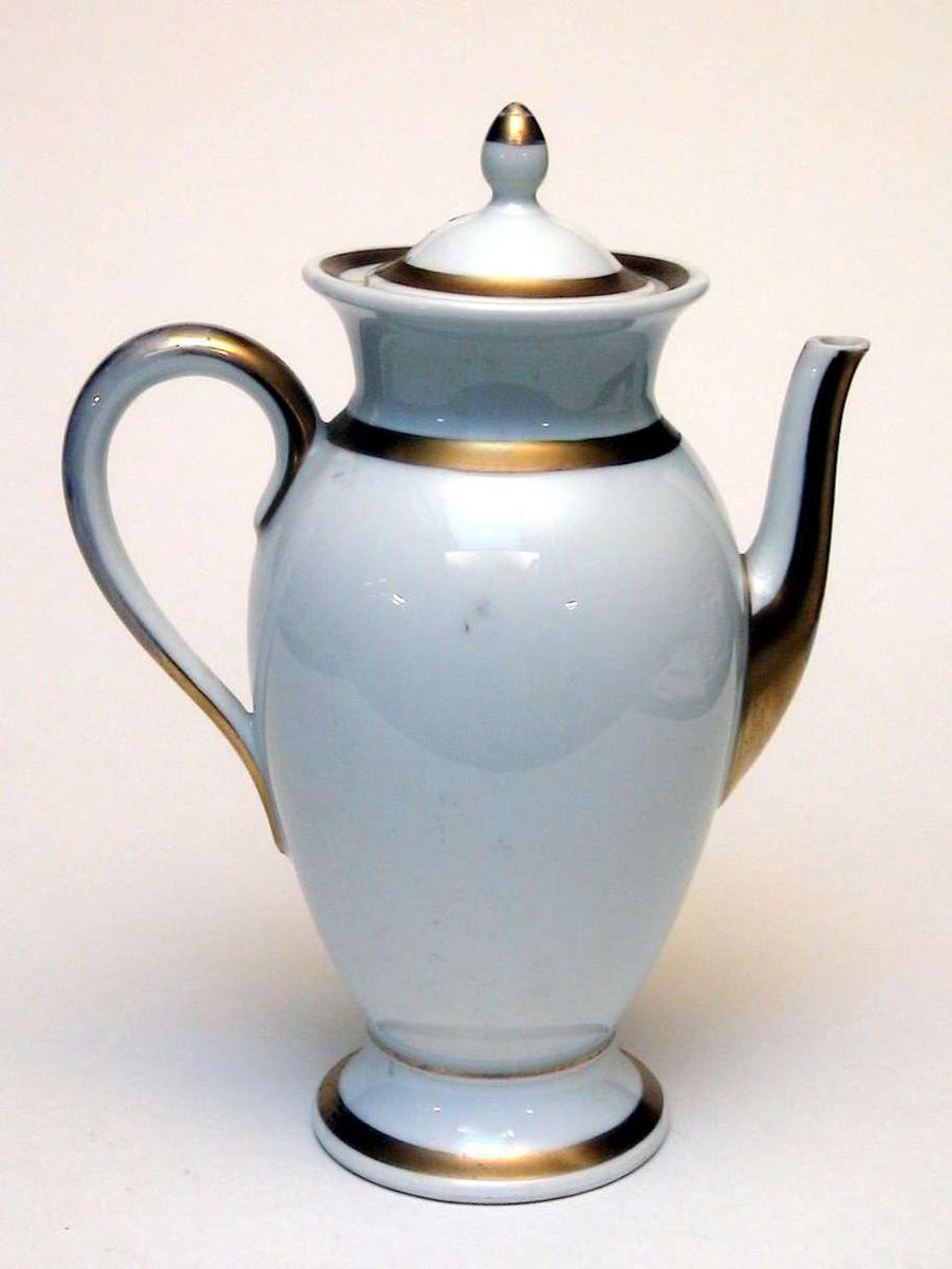 Kaffekanne i hvit keramikk med forgylling. Fabrikkstempelet er Thomas, Bavaria. Lokket er limt.