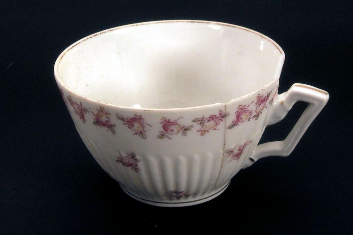 Kaffekopp med blomsterdekor og forgylling..
