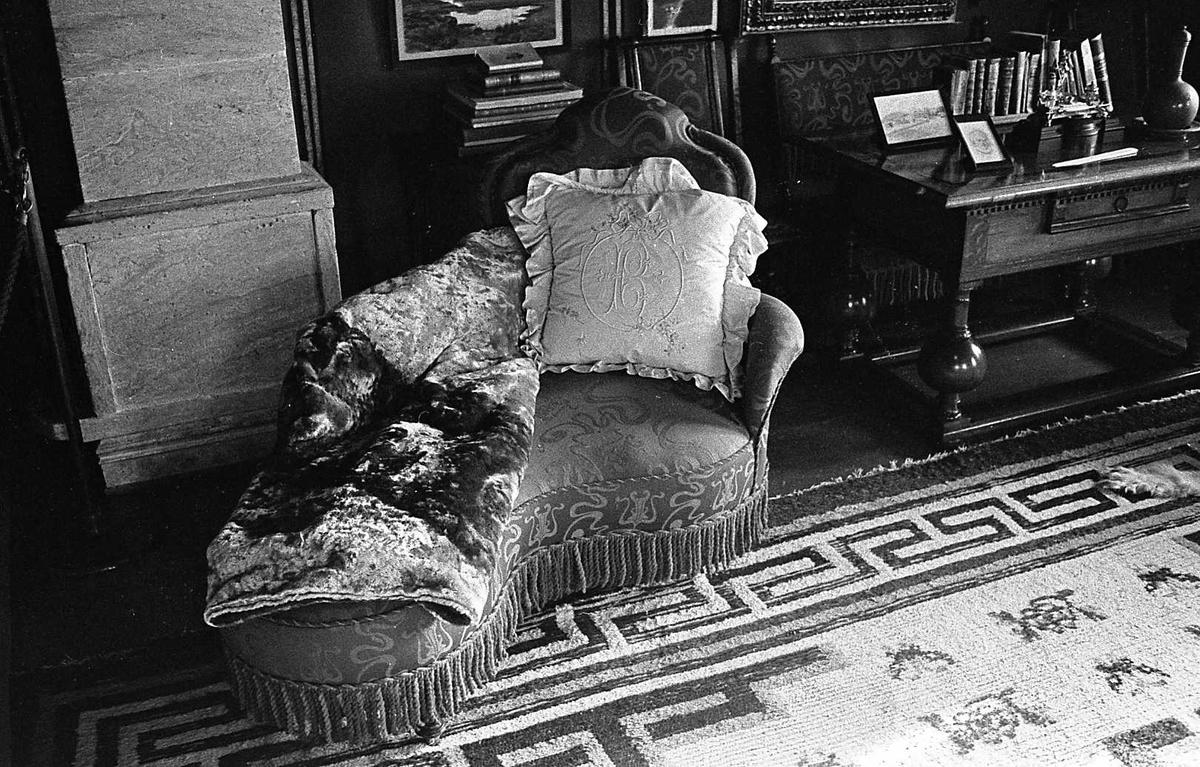 DOK:1975, Aulestad, interiør, sjesjelong, pute, klebersteinsovn, teppe,