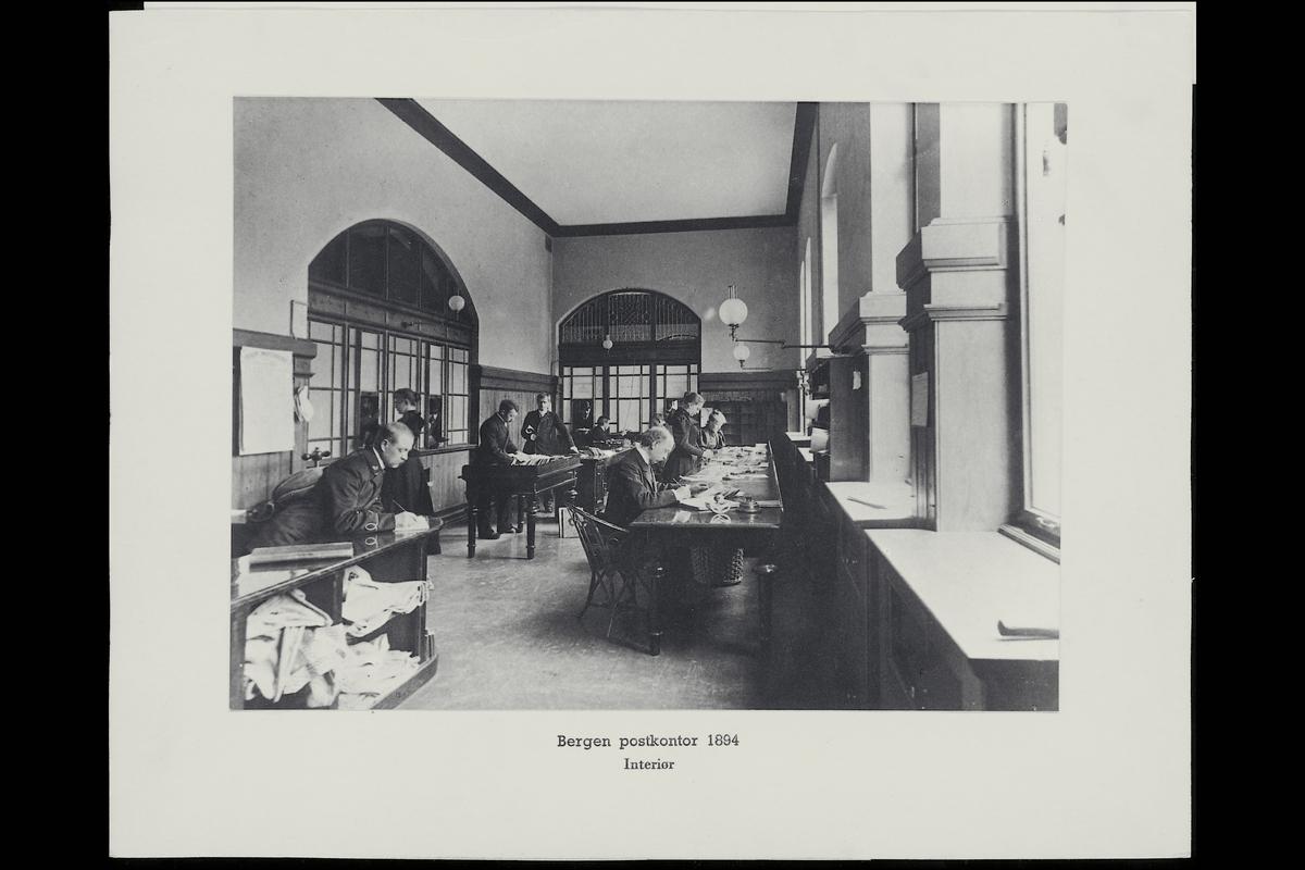 postkontor Bergen 5002, interiør, bankoavdelingen, menn