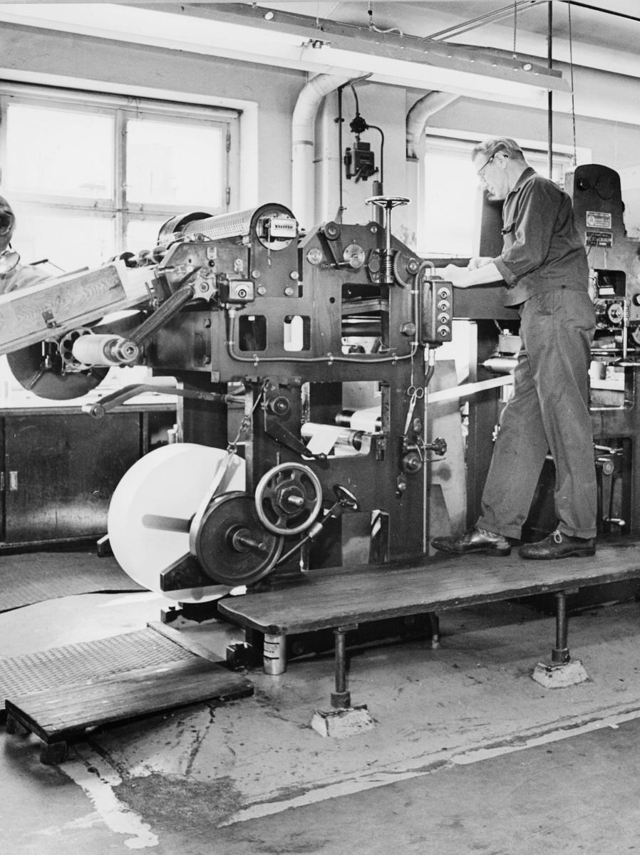 frimerketrykking, frimerkeproduksjon hos Emil Moestue A.S., dyptrykk, rasterdyptrykk, trykking av NK 696, 80 øre Glede / Ungdom og fritid, maskin, frimerkemaskin, mann betjener maskinen