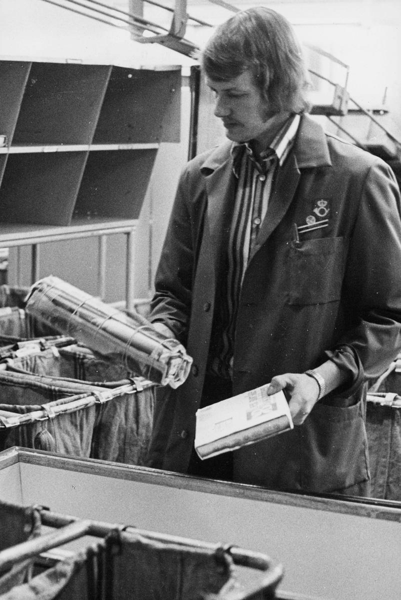 postbehandling, sortering, sekkestativ, mann