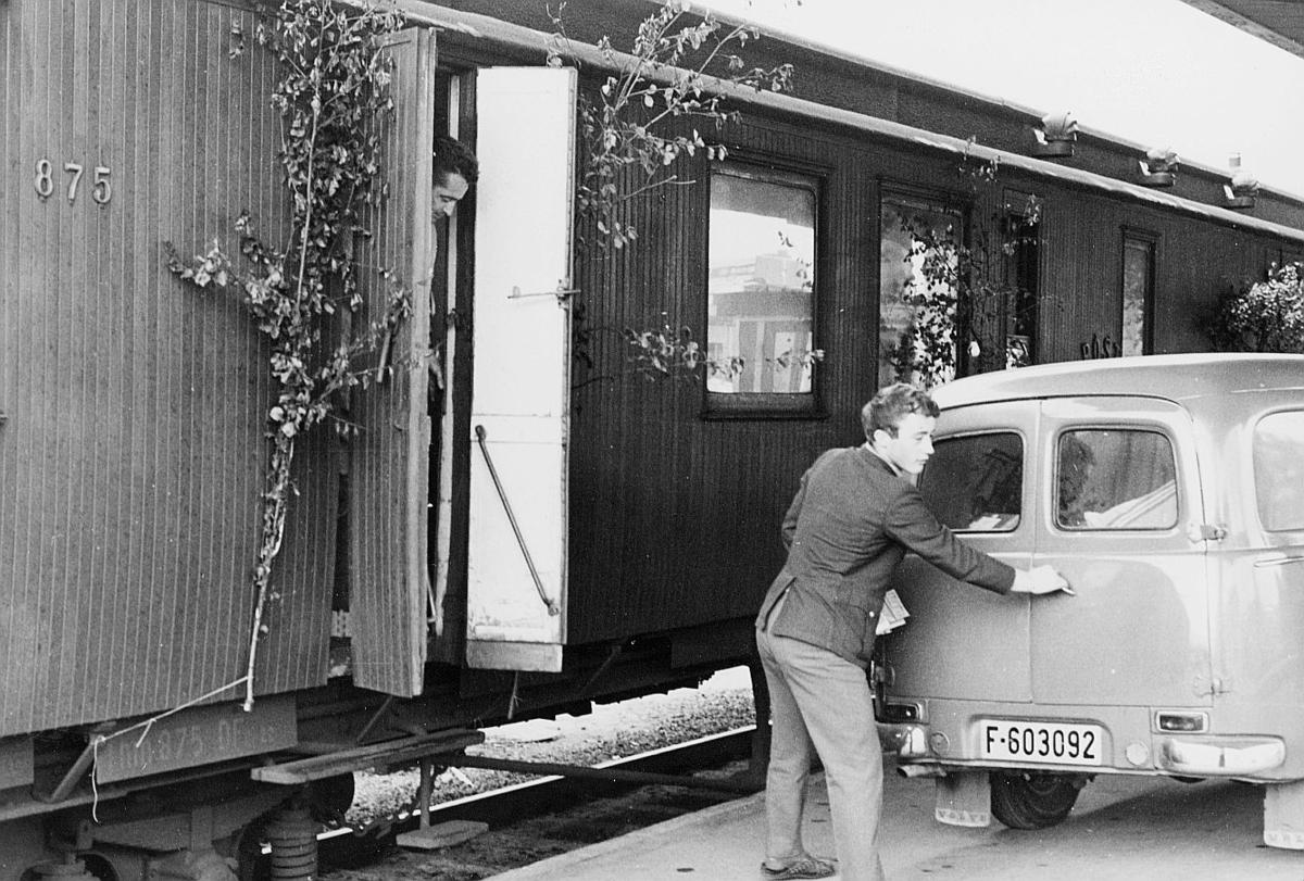 transport, tog, eksteriør, Randsfjordbanen, postekspedisjon, Drammen-Hønefoss, postsjåfør Terje Sværi, bil