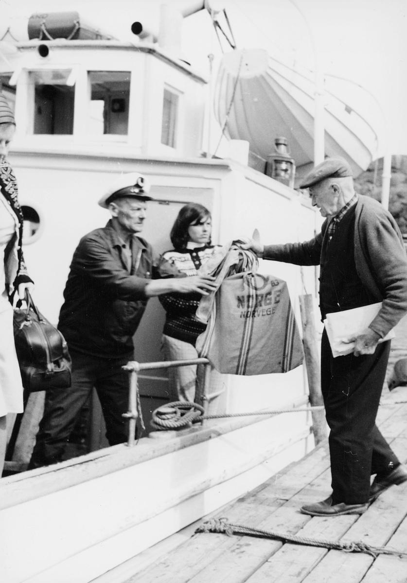 transport båt, eksteriør, Lillesand-Kristiansand, rutebåt, Øya, to menn, postsekk