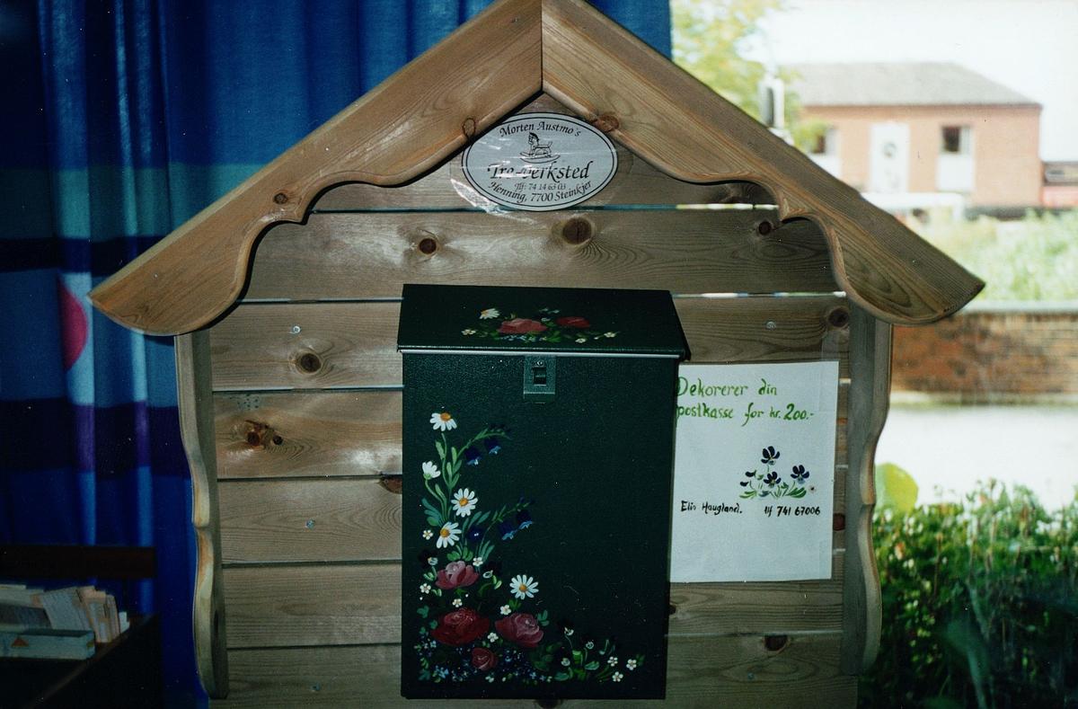 postkasse, Steinkjer, privat, grønn kasse med dekor, trestativ