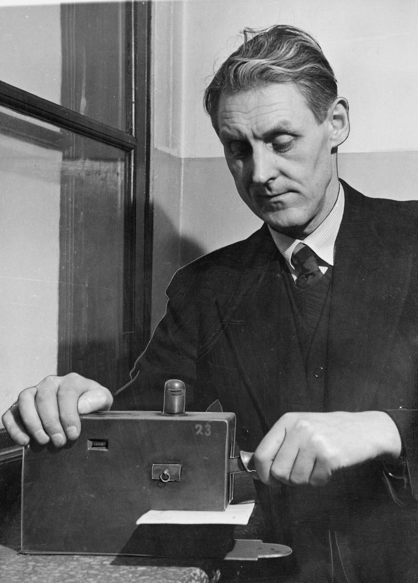 byråsjef, Tommelstad Eilert, brevstemplingsmaskin