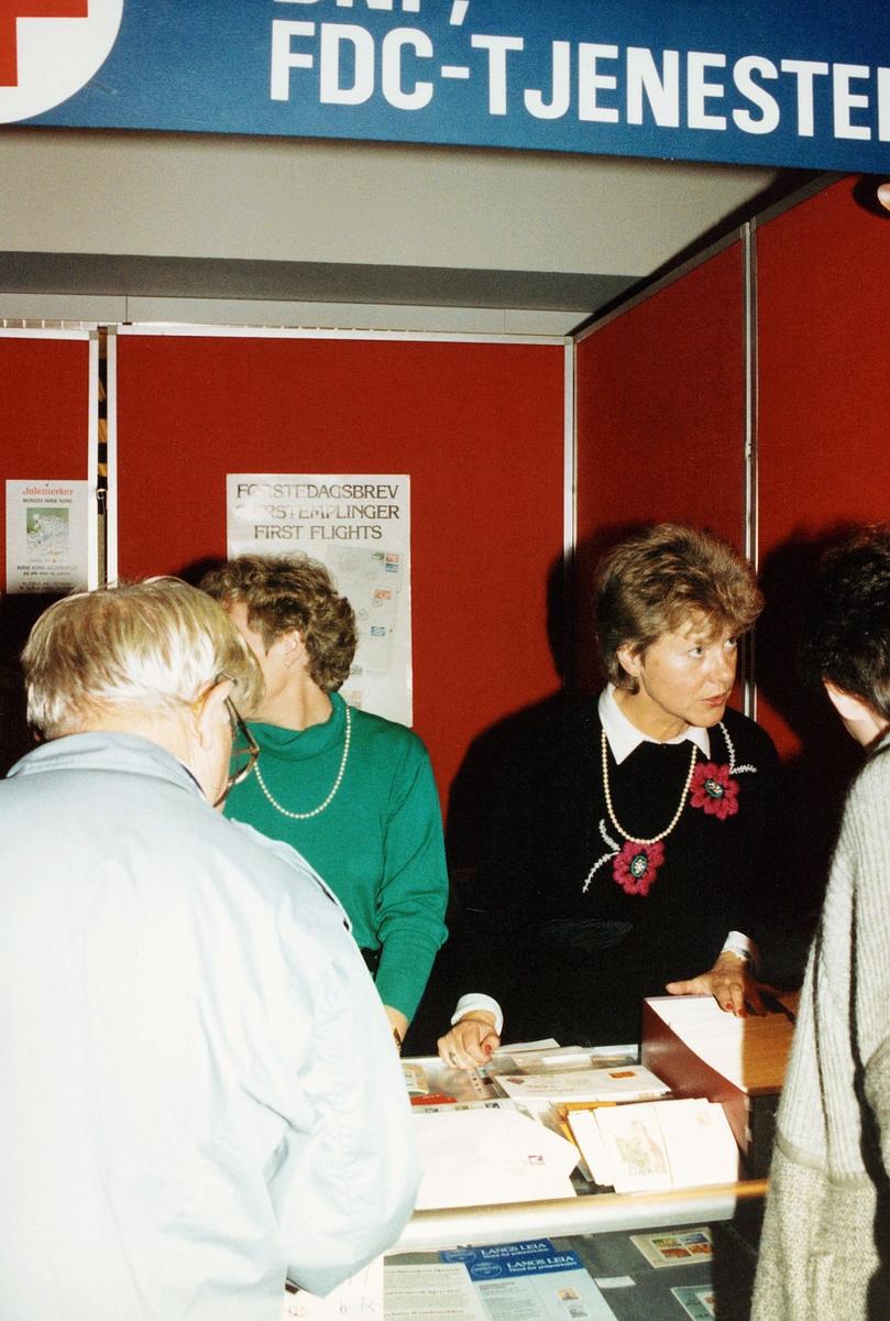frimerkets dag, Oslo Rådhus, stand for Røde Kors, ekspeditører, kunder