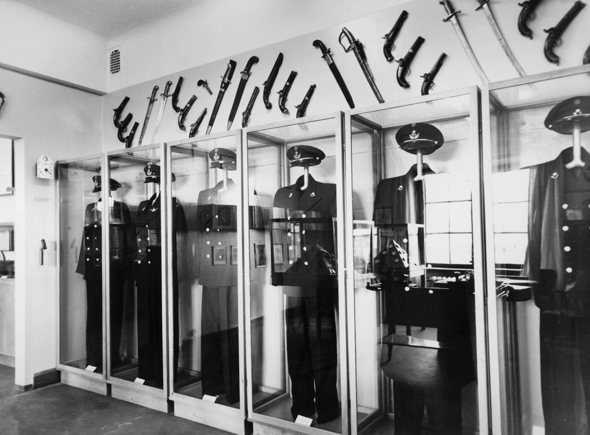 postmuseet, 7. etasje, Dronningensgate 15, uniformer i montre, interiør