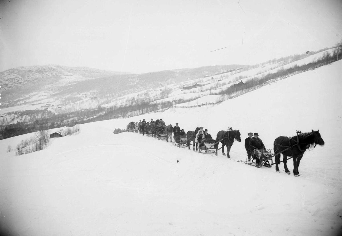 Bildet viser brudefølge på Stokke, foto nord for gården. Vinterbilder med hesteskyss og sleder. I bakgrunn Holen og Dalseg-gardene.