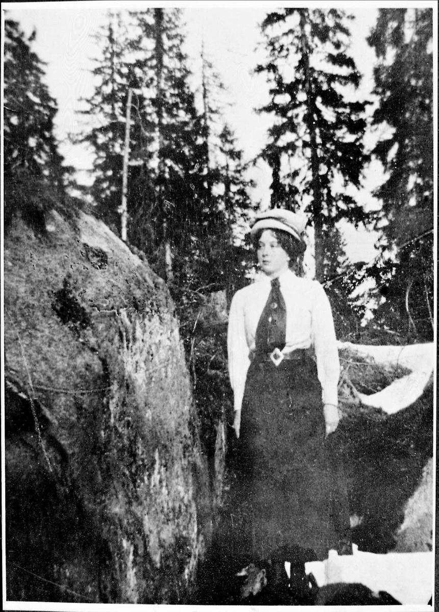 Kvinne, hatt, skog