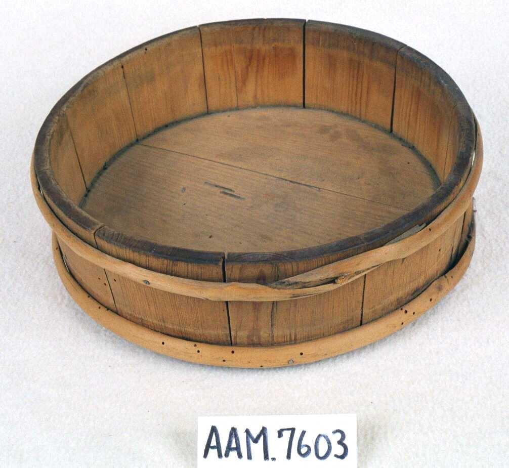 Lave, runde  skåler, av furu,  lagget. Med to gjorder, på undersiden innskåret: EAS ØG  og bumerke.  Tilstand: markangrepet, særlig i gjordene.