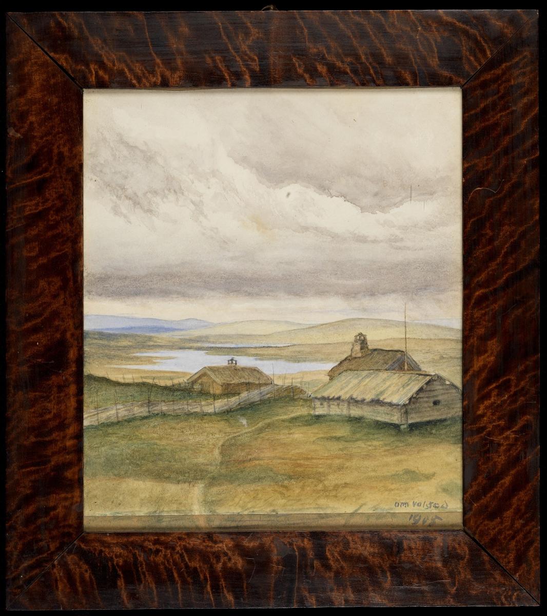 Fjell-landskap; i forgr. lave tømmerhus, skigard, brungrønne toner, i bakgr. vann og koller, blå åser, grå himmel