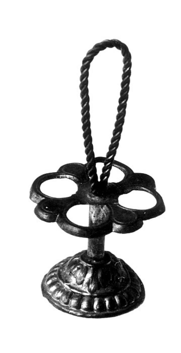 Sirkelformet fot, stang med snodd håndtak stativ med 4 sirkler.