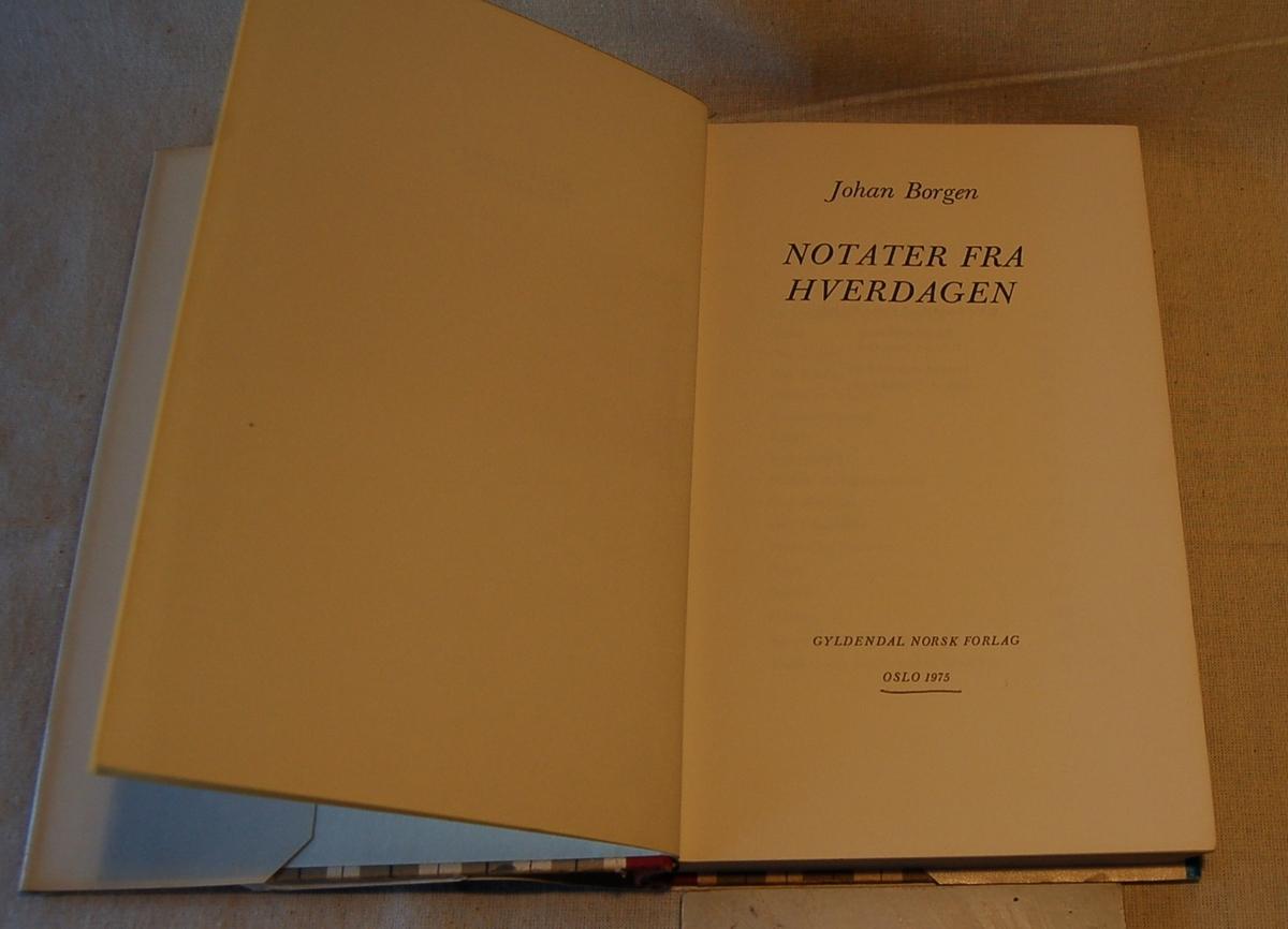 Filosofen Peter Wessel Zapffe og hans kone Berit testamenterte sin eiendom på Båstad i Asker til Universitetet i Oslo. Da det ble besluttet å selge eiendommen i 2009 ble deler av P.W. Zapffes arbeidsrom og andre eiendeler overlatt til Asker Museum. Denne samlingen inngår nå som en permanent utstilling på museet. Bokens omslag er blått med hvite og turkise bokstaver