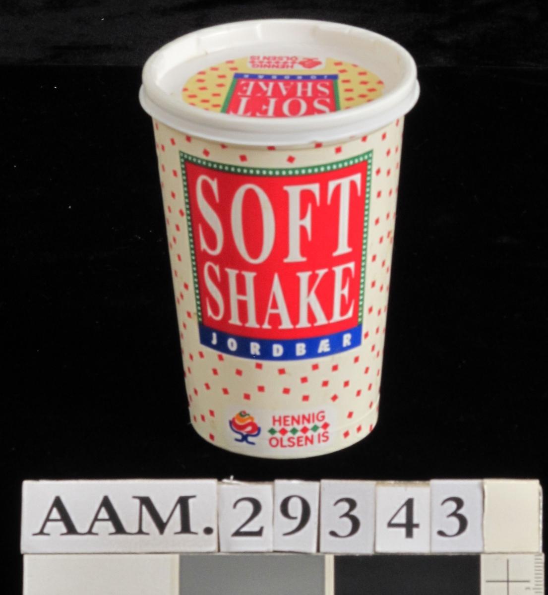 Beger for frosset milkshake. Beger av plast, lokk av papir. Begerets side med vareopplysninger og strekkode.