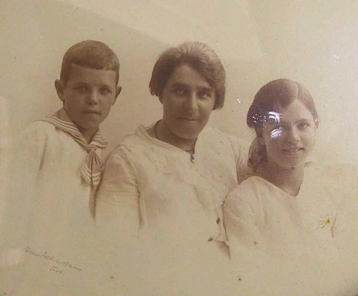 Gruppebilde:/ Familie, kvinne, gutt, ung pike / Mor med sønn og datter.