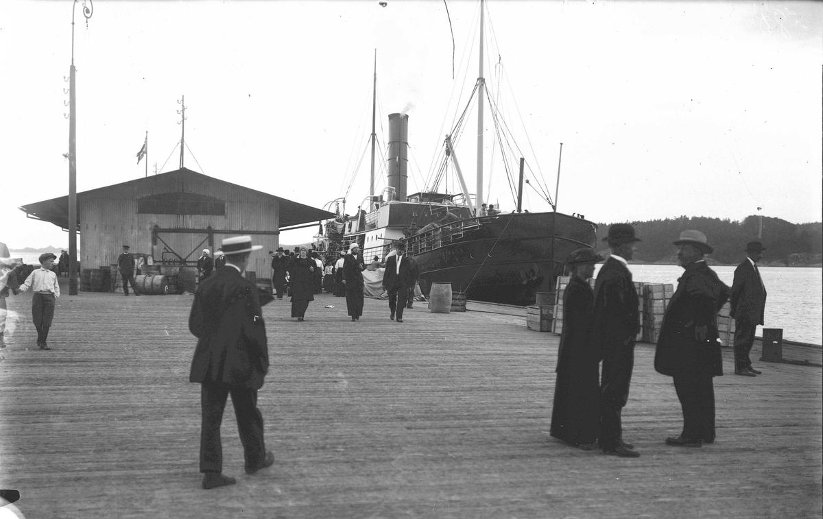 """Fartøybilder fra Agder  D/S """"Ryfylke"""" Ved kai  Opprinnelig filreferanse i eDepoet: F0121_Fartøybilder-SMW_090525\DS RYFYLKE 1891 ved kai"""