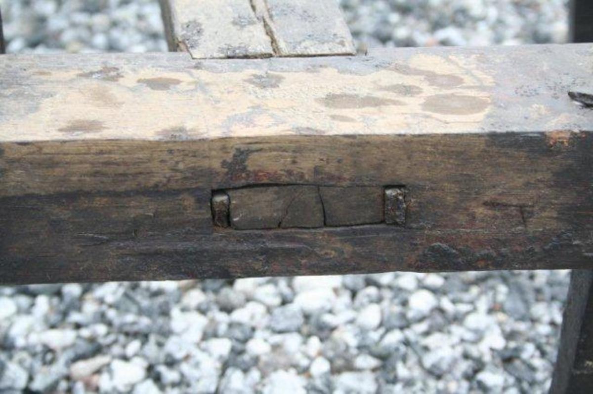 Trekantet form. Fire brander og en tverrbjelke, alle med firkantet tverrsnitt. Sterkt krummet styre laget av naturlig vokst virke. To avstivere av jern mellom styre og brander. 12 jerntinder (stål?) som er svakt kroket i enden. Tangen på hver enkelt tinde går gjennom brandene og er skrudd fast med mutter. Det er mulig at det er fabrikkproduserte harvtinder av stål. Jernbeslag (flattjern) i forkant og ytterst i hjørmene i bakkant. Krokformet krampe for drått i forkant av redskapet.