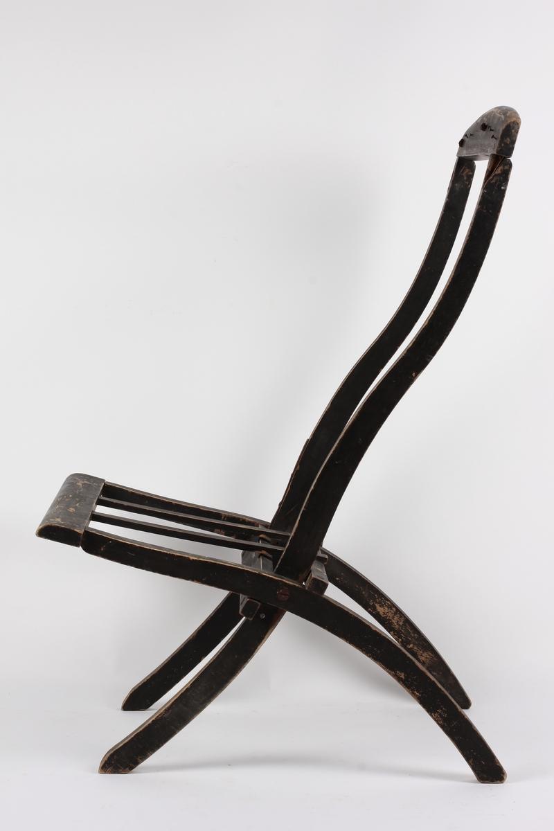Stolen kan klappes sammen ved at setet slås opp mot ryggen, bakbeina blir da paralelle med forbeina. Ryggstolpene og fram- beina i ett stykke, bakbeina og sidekanter i sete i ett stykke. Åpen rygg. Toppstykket skrudd fast til ryggstolpene. Oppslått hviler setet mot tverrgående brett skrudd fast til bakbeina. På topp- og framstykket av seteramma jernspiker med rester av lær og grovvevet strie, har trolig vært trekk av type fluktstoler