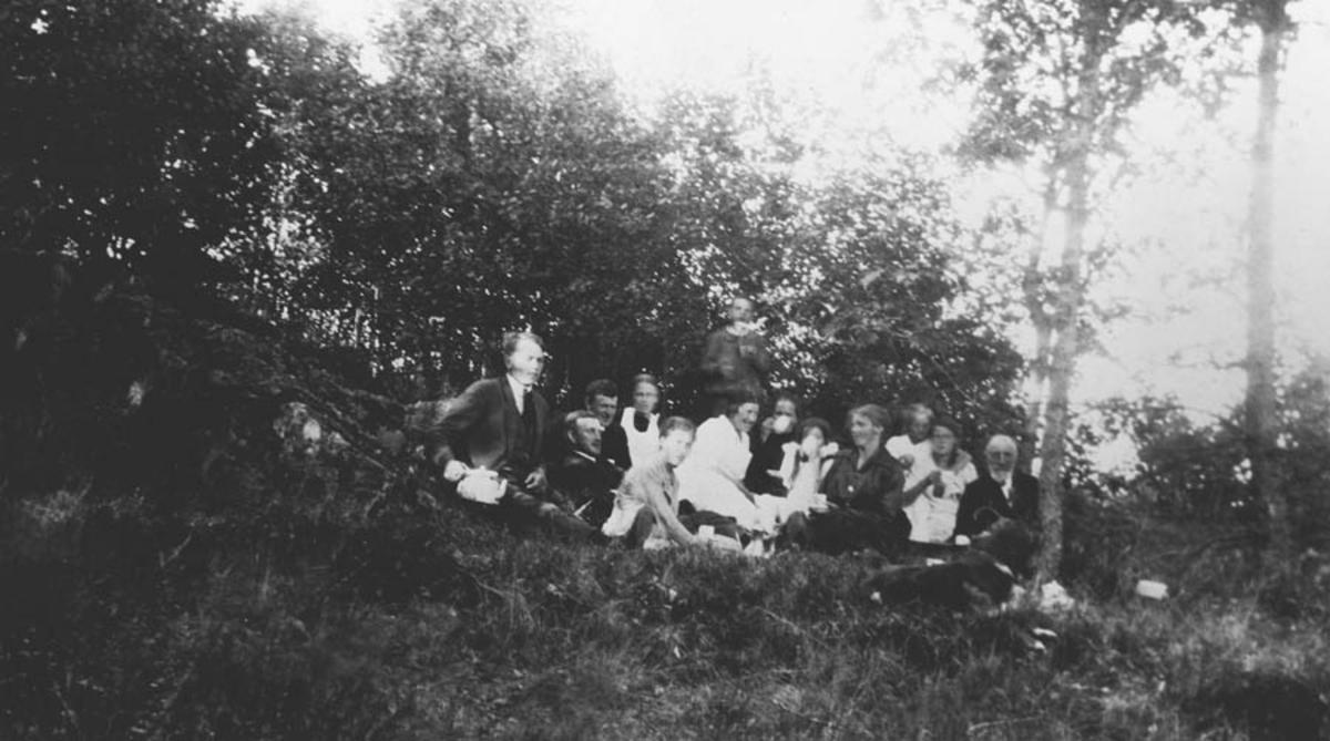 Gruppebilde, 13 personer.