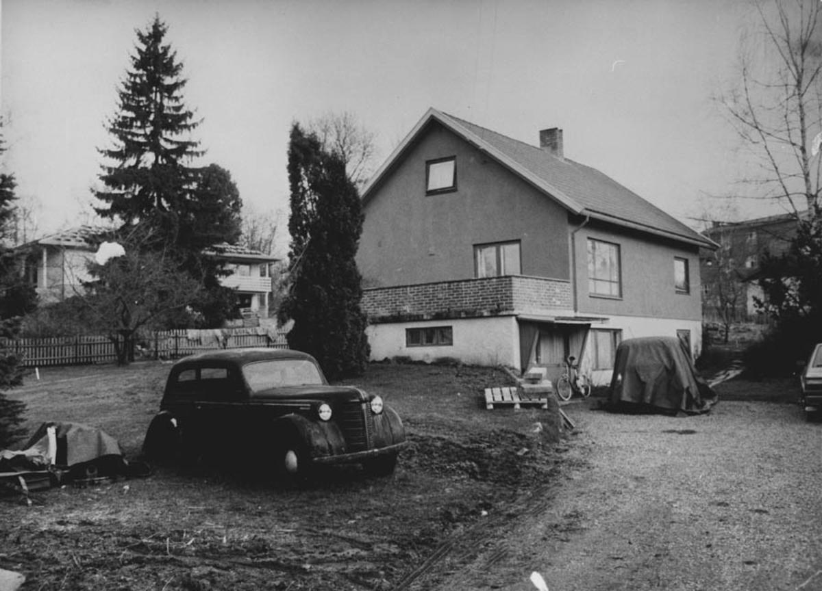 Juelsenhuset på Øhre-jordet med gamle biler utenfor.