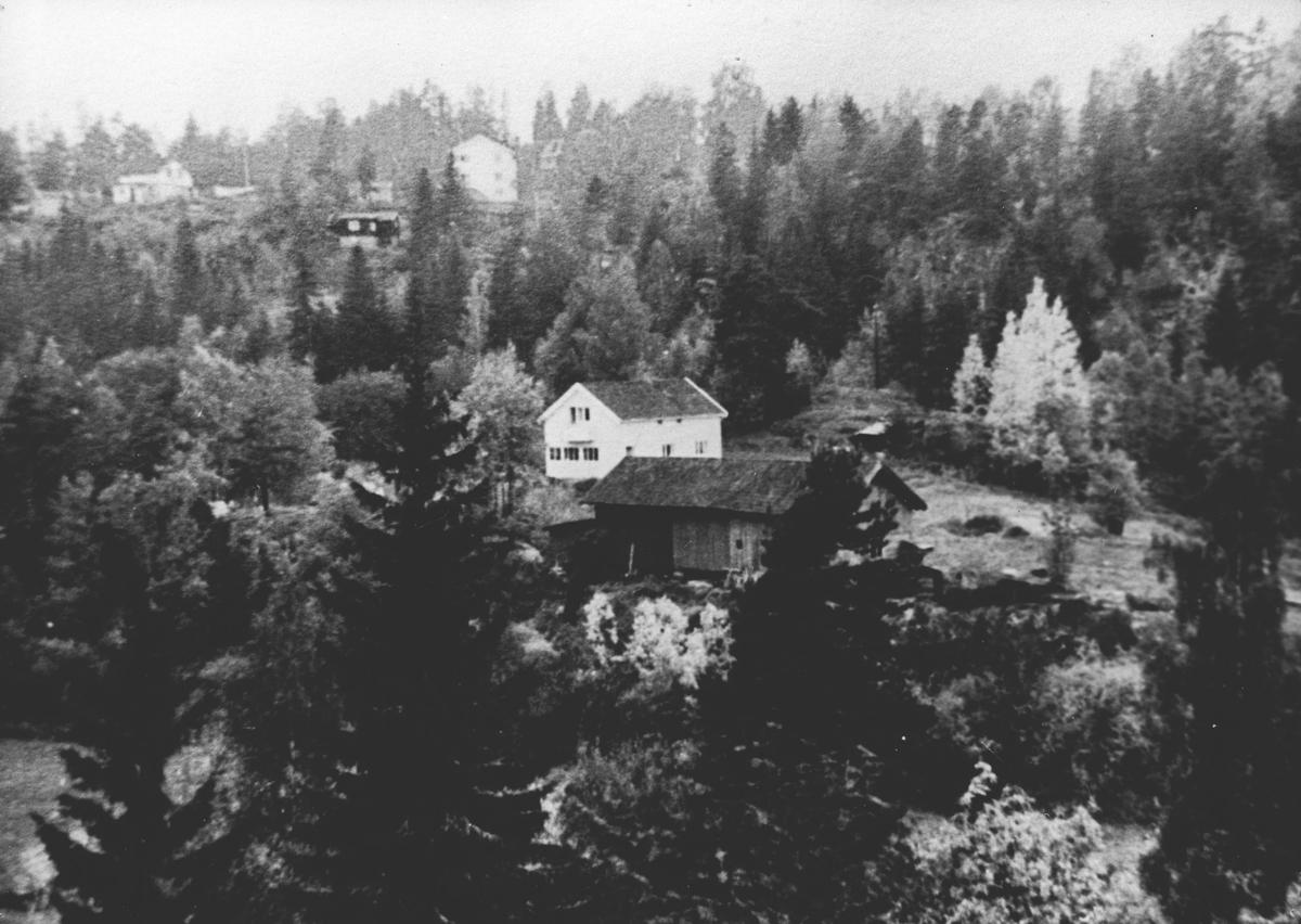 Bebyggelse og omgivelser ved småbruket Tusse omkring 1960. .