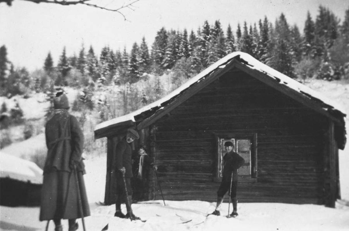 Folk på ski utenfor Stigenstua.