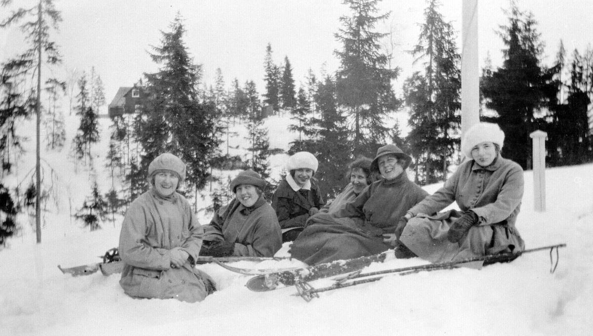 Ragna og Ruth Skovholt (med hatter) og venninner på skitur.